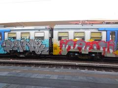DSCN6319 (en-ri) Tags: train writing torino graffiti grigio giallo omg rosso azzurro panik argento hsz