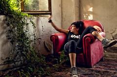 A un paso de la locura (Beltza Fotografa) Tags: color casa nikon retrato sofa contraste bizkaia vizcaya hierba abandonado sestao txus nikond7000 colorefext sergiolpezguinea