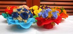 composizione floreale mazzetti di rose multicolore