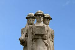 War Memorial of the 24th Division (Leo Reynolds) Tags: sky sculpture statue canon eos iso100 memorial war 7d publicart f80 objectsky 0006sec hpexif groupobjectsky 92mm leol30random publicartlondon xleol30x xxx2014xxx