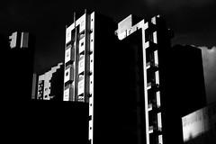 luz oeste (renanluna) Tags: sol sun prédio building céu sky monocromia monochromatic pretoebranco blackandwhite pb bw sãopaulo 011 sp br 55 fuji fujifilm fujifilmfinepixx100 x100 renanluna
