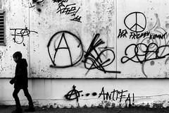 Der Frieden kommt / The peace comes (Nikon FE2) (stefankamert) Tags: stefankamert street bw baw bnw peace nikon fe2 nikonfe2 analog film blackandwhite blackwhite schwarzweis analogue graffiti
