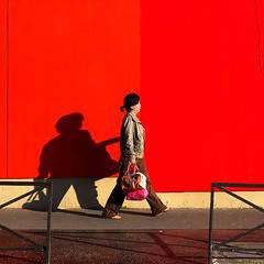 Ombre chinoise (Bernard Chevalier) Tags: street paris silhouette rouge passage rue mur couleur ville trottoir ombrechinoise chinoise piétonne