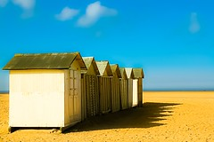 A sunny day in Ouistreham (sergio.pereira.gonzalez) Tags: france beach cabin playa cabana normandie normandy francia plage cabane normandia lightroom ouistreham canon400d sergiopereiragonzalez