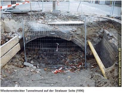 Wiederentdeckte Tunneleinfahrt auf Stralauer Seite 1996