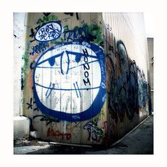 Res de res (Salva G.) Tags: barcelona streetart film analog 35mm square xpro lomography cross kodak crossprocess mini negative diana graffitti scanned pelicula asa 35 processed 00 analogica quadrat analogic proces cuadrado e100g cruzado analogico proceso creuat pellicula