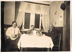 Let's Rock! (TrueVintage) Tags: family people bw music home analog vintage 1930s ukulele familie musik past vintagefamily vintagephoto vintagehome vintagemusic analogfoto 1930erjahre vintagepople