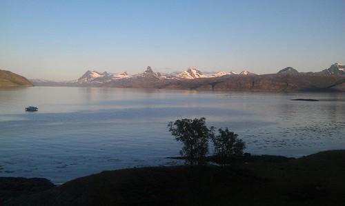 """Mot Sørfold, Sjunkhatten og Tårnvik. Foto: Helge Johansen. <a style=""""margin-left:10px; font-size:0.8em;"""" href=""""http://www.flickr.com/photos/110173116@N08/11117799395/"""" target=""""_blank"""">@flickr</a>"""