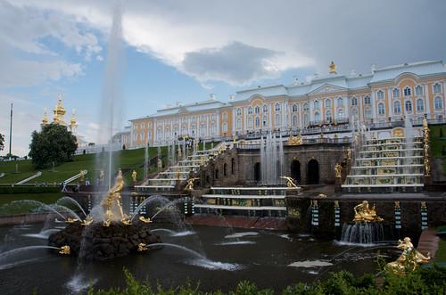 Peterhof famous fountains /  ©  Still ePsiLoN