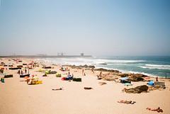 Lea da Palmeira (fcdvpds) Tags: sea summer film beach portugal analog fujifilm 40mm atlanticocean matosinhos leadapalmeira c200 leicaminilux fujicolorc200 fcdvpds
