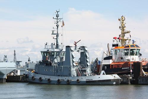 Deutsche Marine: Hafenschlepper Klasse 725 FGS Y 815 SCHARHÖRN im Neuen Vorhafen