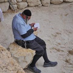 Rabin.jpg (vickydoc) Tags: israel religieux arme priere einguedi rabbi revolver weapon prier strange