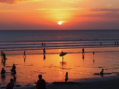 Sun Due West 巴厘日落 (stardex) Tags: sunset sea sky bali sun sunlight beach silhouette indonesia sand dusk wave kuta kutabeach stardex