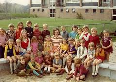 Bergerhof, kleuterschool, 1973. Fotocollectie Fien Bos (Historisch Genootschap Redichem) Tags: foto 1973 collectie renkum kleuterschool schoolfoto bergerhof fienbos