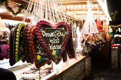 Oma ist klasse (Ruben Schneider) Tags: christmas grandma lights high lowlight colorful heart minolta bokeh sony great gingerbread fair weihnachtsmarkt iso 1600 oma 24mm sculptural herz bunt klasse lichter lebkuchen rokkor plastisch nexf3