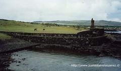 Vista del imponente Ahu Tahái, reconstruido por los arqueólogos Mulloy y Figueroa en la década de los '60, con la colaboracion de importantes rapa núi entre los que sobresale don Juan Haoa Mereveri. Febrero 2002.