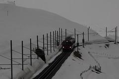 Zug mit Triebwagen BDhe 4/8 211 der Jungfraubahn JB ( Zahnradbahn 1000mm - Zahnradtriebwagen => Baujahr 1992 => Hersteller SLM Nr. 5485 ) ob der kleinen Scheidegg im Kanton Bern in der Schweiz (chrchr_75) Tags: train de tren schweiz switzerland suisse swiss eisenbahn railway zug april locomotive jb cogwheel christoph svizzera bahn zahnrad treno schweizer berner chemin centralstation fer locomotora tog crmaillre juna lokomotive 1404 lok berneroberland ferrovia oberland 2014 bergbahn cremallera spoorweg suissa zahnradbahn locomotiva lokomotiv ferroviaria  locomotief jungfraubahn chrigu  rautatie  mountaintrain bahnen zoug trainen kantonbern  chrchr hurni chrchr75 chriguhurni alpenbahn albumbahnenderschweiz april2014 chriguhurnibluemailch hurni140405 albumjungfraubahn