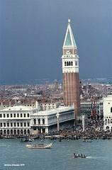 1979 Venezia piazza San Marco dal campanile di San Giorgio (antosti) Tags: canon persone chiesa campanile venezia architettura sanmarco ftb marciana imbarcazioni gonfaloni