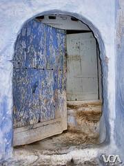 Welcome! (El Orfebre Mochilero) Tags: africa door blue morocco maroc medina chaouen welcome chefchaouen marruecos magreb xaouen