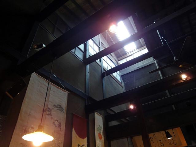 別の場所に目を向けると、天井にトップライト(天窓)がありまし。|うさぎ雑貨 高山うさぎ舎