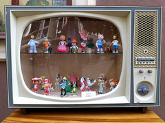 stary telewizor, stare bajki... (jarek.marciniak) Tags: tv 60 gdask postacie bajki dziecistwo telewizor nefryt