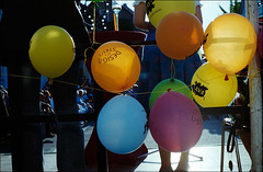 balloons (manni39) Tags: film balloons iso400 ballons petri mf4 paradiesfilm pentaxsmc50mm20 petrimf4