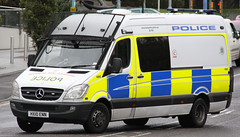 Hampshire Police Mercedes Sprinter Public Order Van 4860 - HX10 ENN (IOW 999 Pics) Tags: uk blue public station lights mercedes order pov united central police kingdom hampshire dash vehicle van southampton siren iow fend grills sprinter lightbar offs constabulary hx10enn