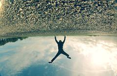 Le monde s'est renvers (n0n0ph0t0) Tags: fish selfportrait eye upsidedown experience trick 8mm peleng hss belomo sansdessusdessous lenvers happyslidersunday renverserlemonde