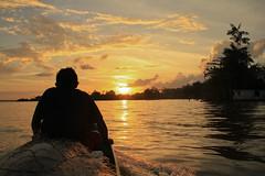 Rio Canatic - Curralinho - Aquiplago do Maraj (Laercio Esteves) Tags: red sea luz sol sunshine rio river solar boat mar amazon do barco down vermelho por amazona amazonia maraj curralinhos