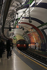saliendo del tunel (ragolf  ) Tags: city england people urban london train canon underground outdoors unitedkingdom
