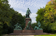 Monument to Otto von Bismarck (Paul 'Tuna' Turner) Tags: city travel vacation sculpture holiday berlin monument statue germany deutschland memorial europe eu german mitte tiergarten europeanunion deutsch westberlin capitalcity ottovonbismarck reinholdbegas grosserstern bronzememorial monumenttoottovonbismarck