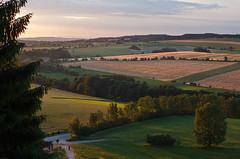 Výhled z Homole. (Honzinus) Tags: sunset summer sky field skyline landscape corn pole u western fields louka hory krajina krkonoše léto krajinka slunce louky sněžka západ letní homole obilí lhoty homol potštejna