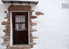 PUERTA CON ADORNO DE PIEDRA ROJA-VILAFAMES (CASTELLON-SPAIN) (ABUELA PINOCHO ) Tags: espaa spain puerta fachada piedras castellon vilafames incrustadas