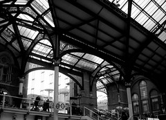 Liverpool Street Ribs (Pacurrio) Tags: street city uk trip travel viaje roof bw white black london byn blanco station architecture train liverpool tren arquitectura united negro kingdom ciudad bn national cover londres bolt british forge railways brackets beams girders estación techo reino unido consolas cubierta vigas imperio britanico forja remaches