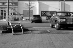35 Jahre Durst (Alexander ✈︎ Bulmahn) Tags: oldtimer vintage car mercedes benz shopping cart trolley parking lot canon al 1 fd 50mm f18 agfa apx 400 new rodinal xelriade