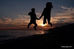 Jump! (Landahlauts) Tags: fujifilmxa2 fujifilmfujinonxc1650mmf3556oisii andalucia motril comarcadelacostatropical costadegranada costatropical playaperladeandalucia playa beach filtro neewer kid boy niño niña silueta silhouette atardecer sunset carchuna xc1650mmf3556oisii