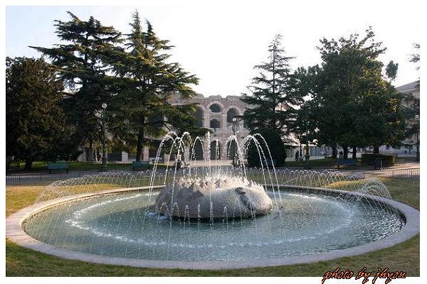 1108878339_古競技場前大噴泉