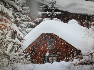 Une maison dans la neige.