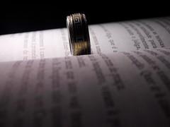 (dani.castorina) Tags: livro anel fundopreto