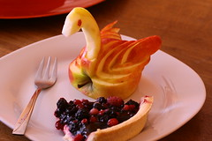 Appleswan and berriepie (Dee Nis) Tags: apple breakfast pie swan berry schwan beere apfel frhstck