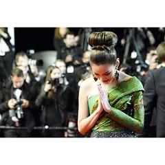งดงามมาก ถ้าหนูจะไหว้สวยขนาดนี้ ปีหน้าเจ้จะเป็นสปอนเซอร์ส่งเข้าประกวดนางสาวไทยนะจ้ะ 555+ เดี๋ยวเจ้เคลียร์เอง #redcarpet ญาญ่าหญิง สะกดสายตา กองทัพ สื่อมวลชนทั่วโลก @yayaying_yaya #yayaying #YayayingRhathaPhongam in #Cannes2013 #OnlyGodForgives #Festivalde