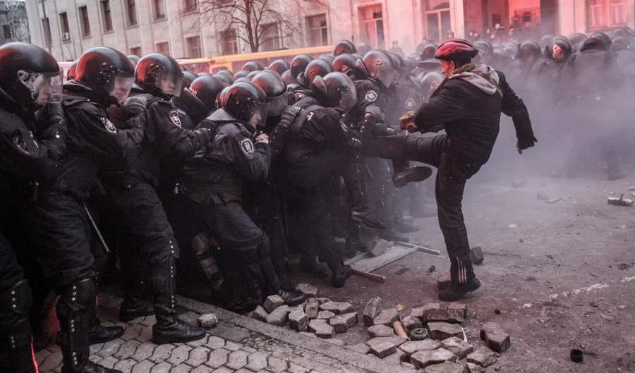 Столкновение протестующих с ОМОНом у Администрации президента на Банковской. Фото РИА Новости