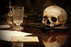 Ser o no ser (kinojam) Tags: canon skull kino gun suicide enigma pistola riddle mistery calavera misterio suicidio craneo kinojam