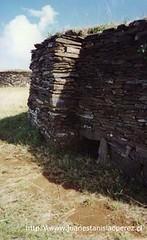 Vista parcial de una casa en Orongo perteneciente a un jefe tribal. Magnífica muestra de la arquitectura rapa núi durante una parte de su extraordinaria historia; se puede apreciar la entrada que obliga a introducirse arrastrándose. Febrero 2002.