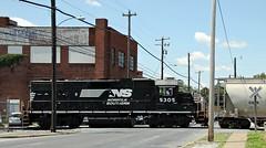 Working the streets (Conrail1978) Tags: railroad train pc ns norfolk central loco southern pa penn harrisburg cr unit conrail 5305 emd gp382 8120