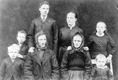 Family portrait, ca. 1905-1915. (Fylkesarkivet i Sogn og Fjordane) Tags: norway noreg norge sognogfjordane sunnfjord førde olaifauske family