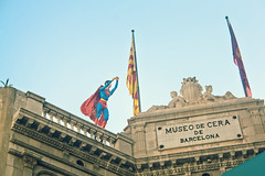 Superman (Juanedc) Tags: barcelona sculpture españa statue spain flag catalonia superman escultura bandera verano catalunya es estatua cataluña superheroe museodecera museudecera