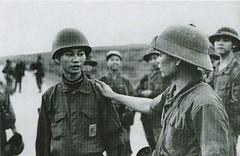 Trung tá Phạm Văn Đính, trung đoàn trưởng TĐ 56-SĐ 3BB ra hàng quân Bắc Việt tại căn cứ Tân Lâm, Quảng Trị 1972