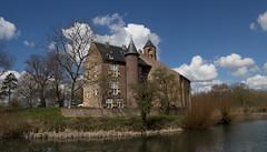 Waardenburg - Kasteel (grotevriendelijkereus) Tags: holland castle netherlands town village nederland medieval keep moat dorp gracht kasteel gelderland burcht donjon waardenburg middeleeuws
