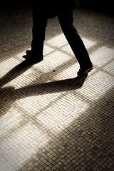 Sur mes penses (Paolo Pizzimenti) Tags: paris paolo pierre olympus reflet pieds fentre zuiko pense jambes pellicule pave ombrelumire dxofilm